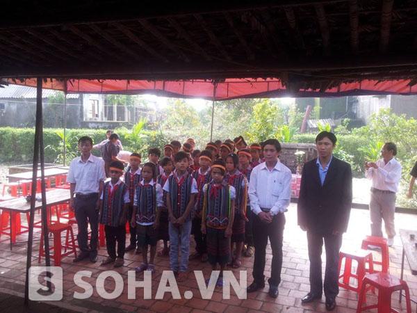 Các em học sinh trường PT dân tộc nội trú Lệ Thuỷ chuẩn bị vào dâng hương, viếng Đại tướng Võ Nguyên Giáp tại nhà lưu niệm thôn An Xá, Lộc Thuỷ.