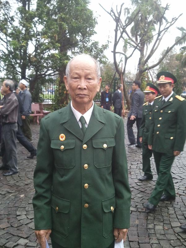 Cụ Nguyễn Tấn Lực cầm trên tay những bài thơ kính dâng lên Đại tướng.