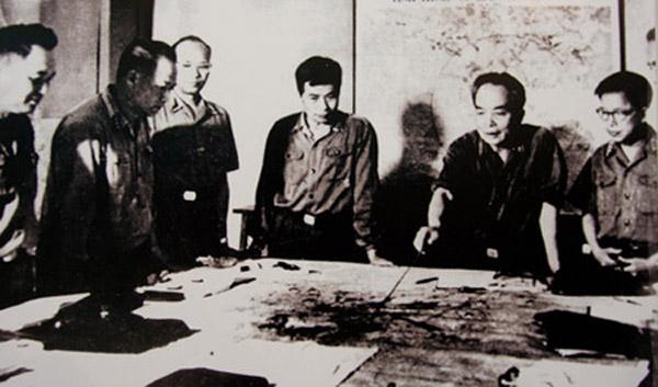 Quân ủy Trung ương đang theo dõi diễn biến chiến dịch Hồ Chí Minh (tháng 4.1975). Trong ảnh, từ trái sang phải: Đại tá Lê Hữu Đức (Cục trưởng Cục tác chiến), Thượng tướng Hoàng Văn Thái (Phó tổng tham mưu trưởng), Thiếu tướng Vũ Xuân Chiêm (Phó chủ nhiệm Tổng cục Hậu cần), Thượng tướng Song Hào (Chủ nhiệm Tổng cục Chính trị), Đại tướng Võ Nguyên Giáp (Tổng tư lệnh, Bộ trưởng Quốc phòng, Bí thư Quân ủy Trung ương), Trung tướng Lê Quang Đạo (Phó Chủ nhiệm Tổng cục Chính trị)