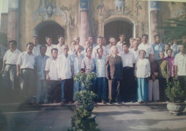Đại tướng chụp ảnh lưu niệm cùng người dân tại chùa An Xá, nơi sinh thành của người.