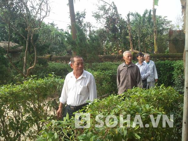 Người dân từ các nơi trở về ngôi nhà nơi sinh thành tại làng An Xá dâng hương, tưởng niệm Đại tướng.