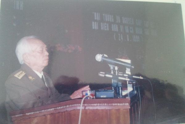 Đại tướng Võ Nguyên Giáp nói chuyện với đại diện cán bộ và nhân dân tỉnh Quảng Bình trong dịp về thăm năm 1999.