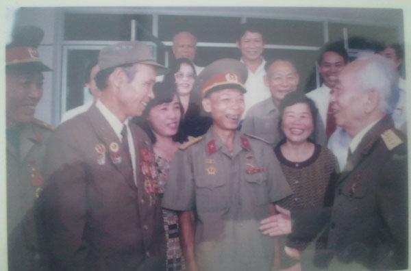 Đại tướng nói chuyện, thăm hỏi các cựu chiến binh của Quảng Bình.