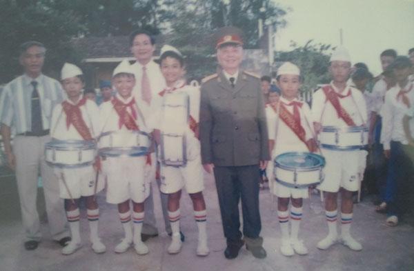 Đại tướng chụp ảnh lưu niệm cùng các cháu thiếu niên nhi đồng.