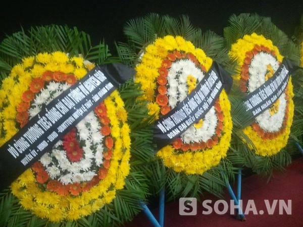 Vòng hoa của các đơn vị viếng Đại tướng tại Quảng Bình.