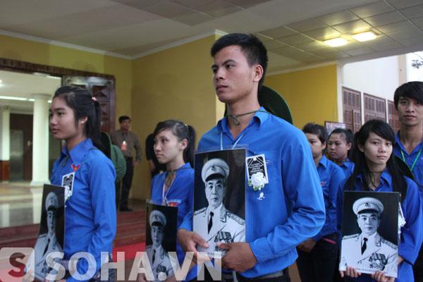 Hàng trăm thanh niên mang di ảnh, đeo băng tang viếng Đại tướng