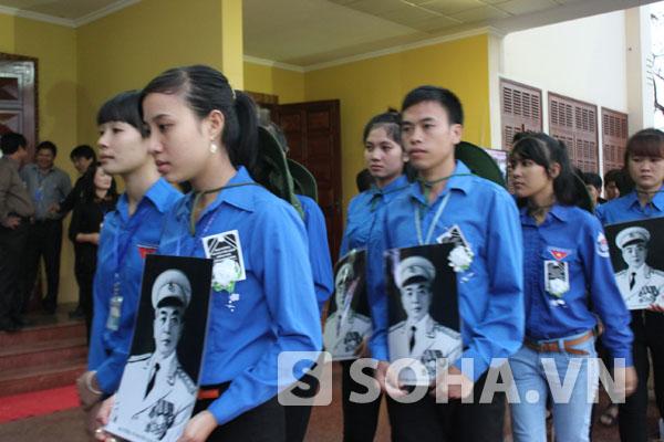 Hàng trăm thanh niên tình nguyện của trường ĐH Quảng Bình mang theo di ảnh, đeo giấy băng tang viếng Đại tướng Võ Nguyên Giáp trong lễ viếng được tổ chức tại Hội trường UBND tỉnh Quảng Bình.