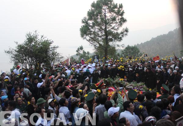 Hàng ngàn người dân từ các địa phương trên cả nước thành kính viếng quanh khu mộ của Đại tướng vào chiều qua.