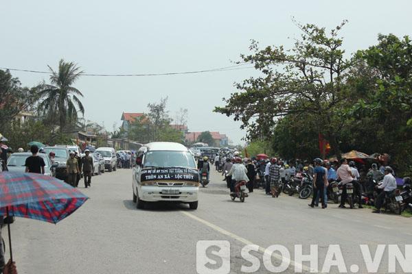 Ngay từ sáng qua, hàng vạn người dân từ các địa phương đã có mặt tại dọc tuyến đường 1A từ sân bay Đồng Hới về khu vực Vũng Chùa - Đảo Yến để chờ đón Đại tướng trở về.