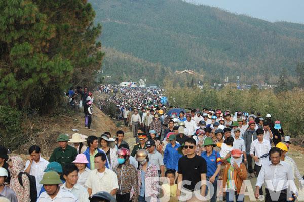 Dọc đoạn đường gần 3km từ QL1A vào khu vực Vũng Chùa - Đảo Yến chật kín người dân tới dự lễ viếng, an táng Đại tướng.