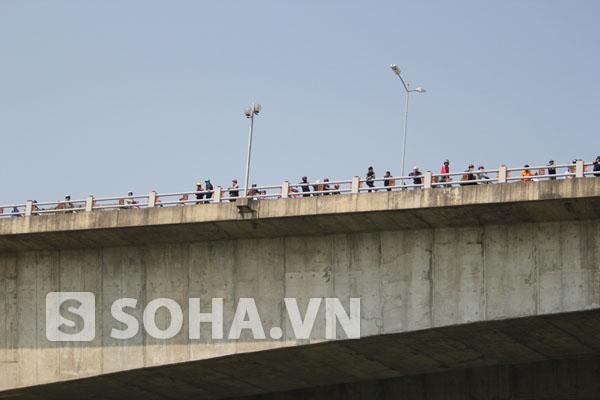 Nhiều người dân vẫn dõi theo việc tìm kiếm từ trên cầu Thanh Trì.