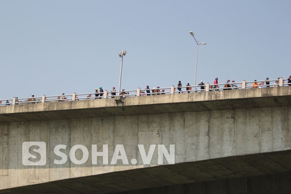 Người dân theo dõi việc tìm kiếm từ trên cầu Thanh Trì.