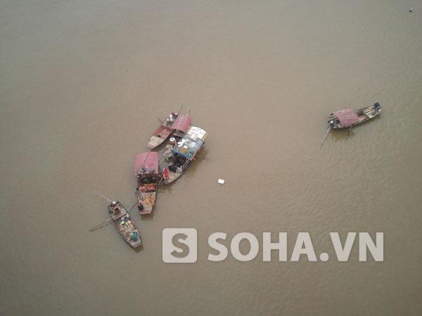 Các thuyền tập trung tìm kiếm thi thể nạn nhân trong sáng nay tại khu vực cầu Thanh Trì.