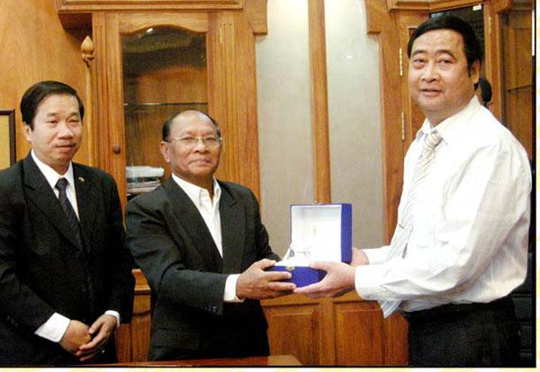 Chủ Tich Quốc hội Campuchia Heng Samrim tặng ông Nguyễn Hữu Khai chiếc Bình Bạc kỷ niệm quốc Gia (Ảnh: website Tập đoàn Bảo Long).