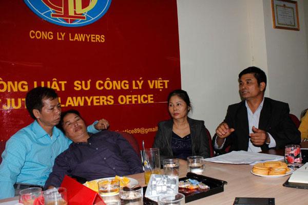 Vợ chồng ông Nguyễn Thanh Chấn và người thân trong buổi làm việc tại văn phòng Luật sư Công lý Việt.