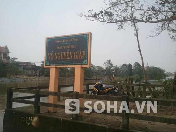 Ngôi nhà nơi Đại tướng Võ Nguyên Giáp sinh thành nằm tại xóm 3 làng An Xá, cạnh con sông Kiến Giang hiền hoà.