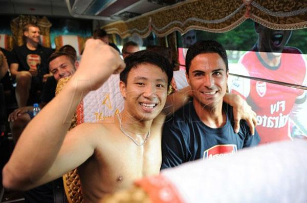 Vũ Xuân Tiến nổi tiếng sau sự kiện người chạy theo xe chở đội Arsenal tại Hà Nội vào chiều 15-7 .