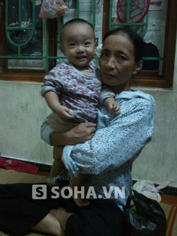 Bà Nguyễn Thị Lụa là mẹ chồng của sản phụ tử vong Nguyễn Thị Hằng và con trai của chị Hằng, hiện đã được hơn 1 tuổi.