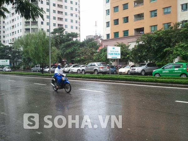 Theo chị Vân, vụ tai nạn xảy ra vào khoảng 21h15 đêm ngày 23/9 ngay tại đoạn đường Hoàng Đạo Thuý theo hướng Hoàng Đạo Thuý - Lê Văn Lương gần tấm biển phòng khám H Clinic Trung Hoà.