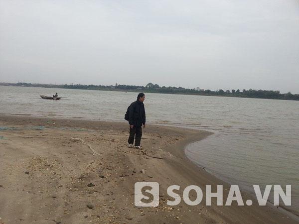 Sáng 28/11, người thân của chị Huyền đã tiến hành tìm kiếm tại khu vực bãi Tự Nhiên (Thường Tín, Hà Nội). (Ảnh do ông Quang cung cấp).
