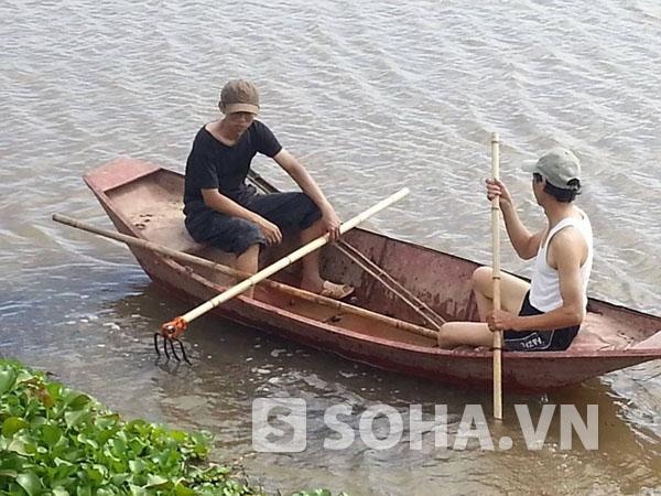 Trong những ngày qua, gia đình vẫn tích cực tìm kiếm dọc sông Hồng nhưng thi thể chị Huyền vẫn... bặt tăm. (Ảnh do ông Quang cung cấp).