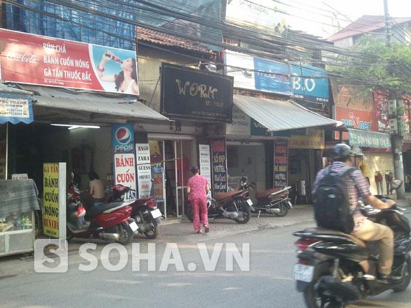 Các số nhà bên cạnh số nhà 92 Trần Cung đều là các hàng ăn uống, quần áo...