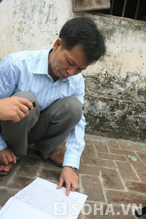Ông Nguyễn Thanh Chấn đọc lại bức thư một người bạn tù gửi trước ngày ông được thả tự do.