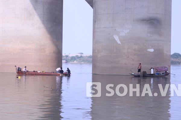 Trên dọc sông Hồng, gia đình vẫn đang thuê thuyền tích cực tìm kiếm.
