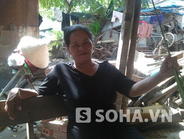 Bà Trần Thị Bình, người đã có kinh nghiệm hơn 40 năm vớt xác trên sông Hồng.