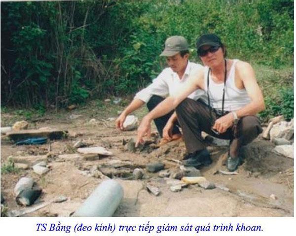 TS Bằng (kính đen) trực tiếp giám sát quá trình khoan nước ngầm tại khu vực Vũng Chùa vào năm 2006.
