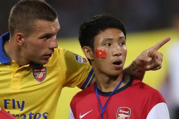 Vũ Xuân Tiến thân thiết cùng Podolski trước trận đấu giao hữu vừa qua.