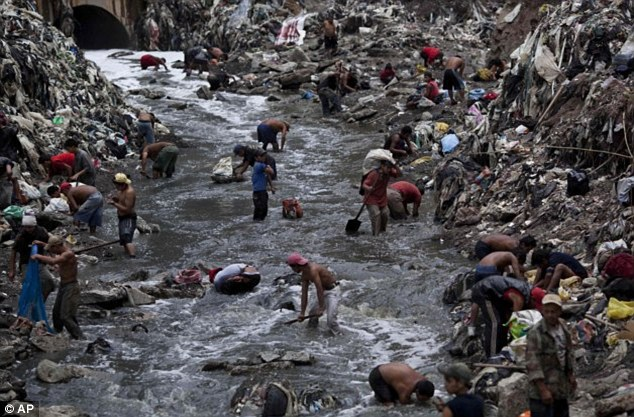 Có hàng nghìn người tới dòng sông bẩn Guatemala để kiếm cơm.