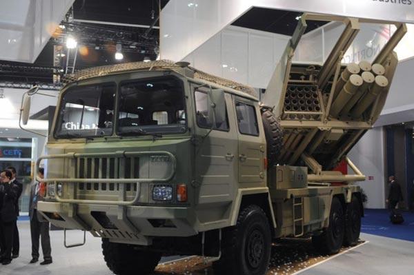 Pháo phản lực bắn loạt SR5 được Trung Quốc giới thiệu tại triển lãm IDEX-2013.