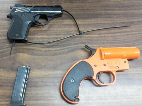 Bé 7 tuổi mang hai súng đến trường