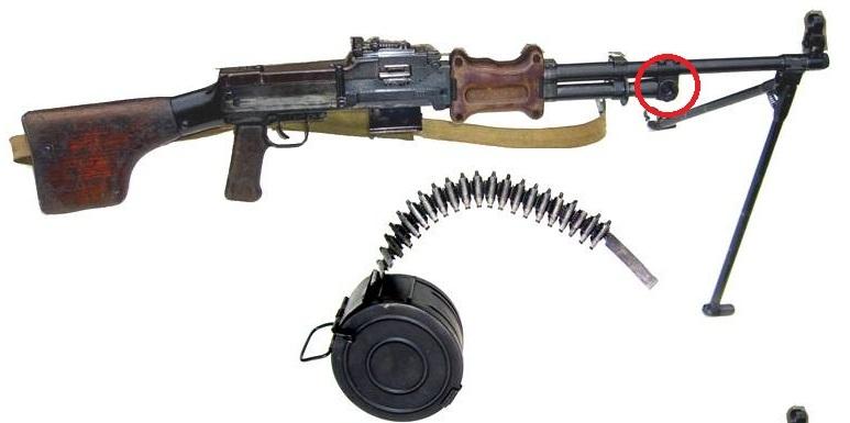 Súng trung liên RPD có lỗ trích khí hướng xuống dưới (vùng khoanh đỏ) có tác dụng kết hợp với chân súng ghìm nòng súng khi bắn