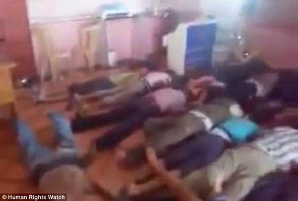 Thi thể của những người dân bị hành quyết trong cuộc tấn công đẫm máu ở al- hồi tháng 5 (Ảnh chụp từ video).