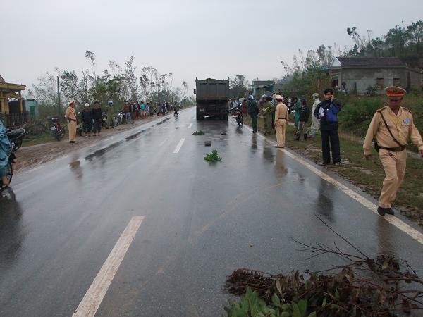 Cơ quan chức năng đã có mặt tại hiện trường để khám nghiệm, điều tra nguyên nhân vụ tai nạn.