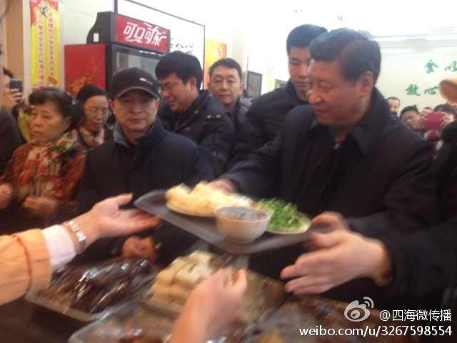 Ông Tập nhận suất ăn của mình tại tiệm bánh bao Qing-Feng