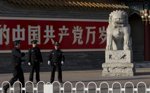 Cảnh sát bảo vệ lối vào khu vực Trung Nam Hải, nơi ở của các vị lãnh đạo Đảng và nhà nước Trung Quốc