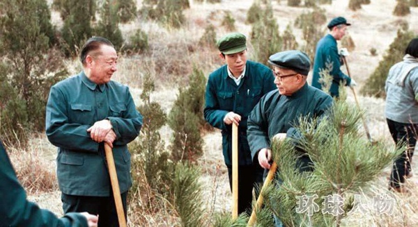 Ông Tập Trọng Huân tham gia Tết trồng cây tại Bắc Kinh năm 1983. Lúc này ông đang là thành viên ban Thư kí Trung ương Trung Quốc.