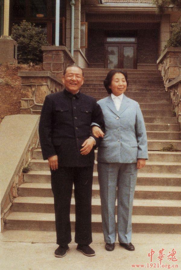 Bố mẹ ông Tập Cận Bình chụp ảnh kỷ niệm 40 năm ngày cưới vào ngày 18/4/1984.
