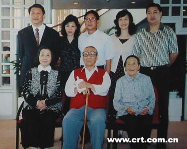 Gia đình ông Tập Cận Bình và cô ruột Tập Đông Anh (chị gái Tập Trọng Huân, hàng dưới bên phải) ngày 15/10/1997.