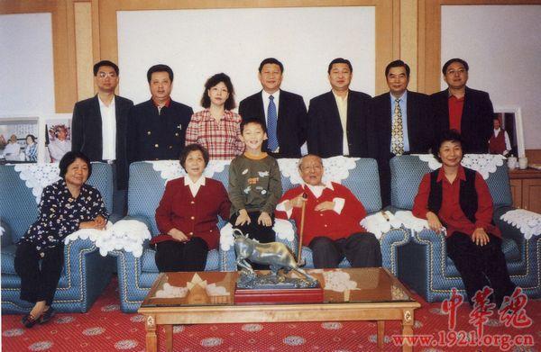 Ông Tập Cận Bình (hàng trên – chính giữa) cùng bố mẹ và anh chị em ngày 15/10/ 2000.
