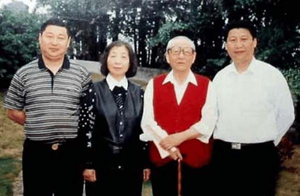 Ông Tập Cận Bình (phải) cùng bố mẹ và em trai Tập Viễn Bình.