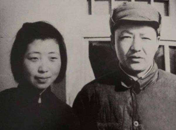 Ông Tập Trọng Huân và vợ, bà Tề Tâm.
