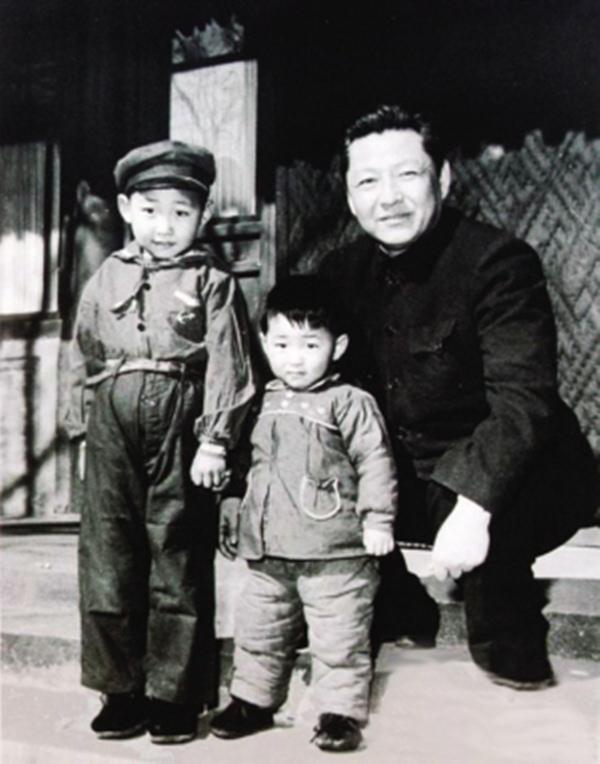 Ông Tập Cận Bình hồi nhỏ (bên trái) cùng em trai Tập Viễn Bình (giữa) và bố TậpTrọng Huân năm 1958.