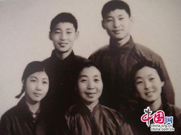 Ông Tập Cận Bình (hàng trên bên phải) cùng gia đình năm 1972.