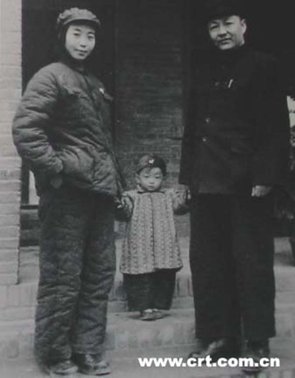 Bố mẹ và chị gái của ông Tập Cận Bình năm 1950.