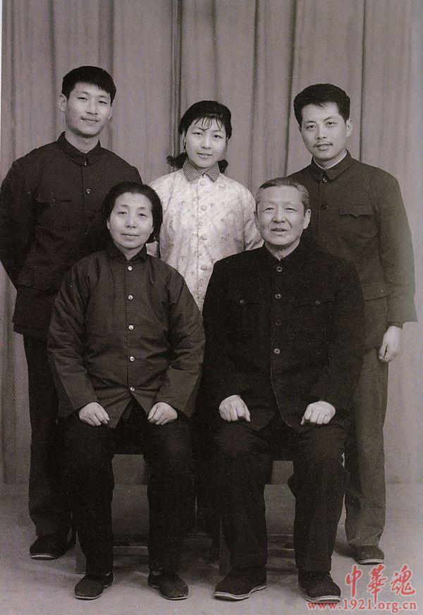 Tập Cận Bình (hàng trên bên trái) cùng gia đình năm 1975.