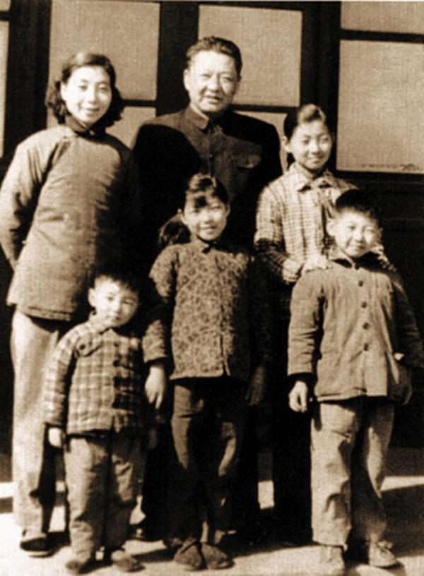 Ông Tập Cận Bình (hàng dưới bên phải) cùng gia đình.